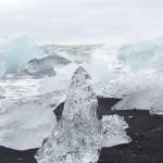 Bloc de glace sur la plage de Jokulsarlon